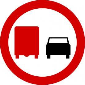 B-26 Zakaz wyprzedzania przez samochody ciężarowe - znak drogowy zakazu